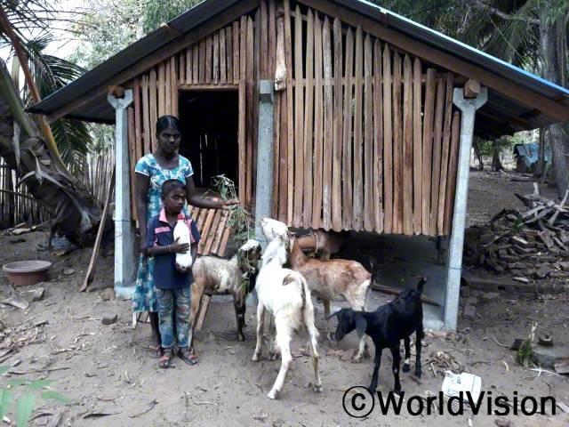 """""""전에는 수입이 적어 우리 가족이 생활하기가 힘들었어요. 하지만 후원자님 덕분에 염소를 얻어 염소 젖을 판매한 돈으로 아이들 교육비와 생활비를 마련할 수 있게 되었답니다."""" -가우리(27세)년 사진"""