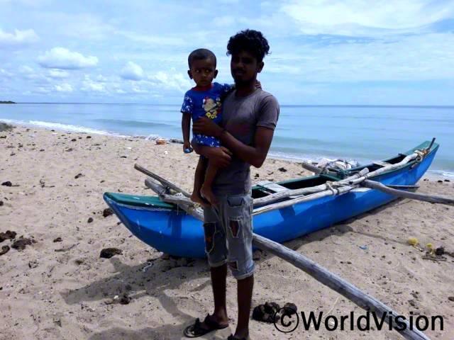 """""""월드비전의 도움으로 바다에서 게나 물고기를 잡는 일을 시작하면서 그것을 판매한 돈으로 생계를 유지할 수 있게 되었어요."""" -사시카란(23세)년 사진"""