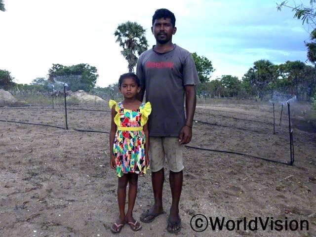 """""""전에는 물을 구하기가 어려워 농사를 짓기 힘들었는데 후원자님 덕분에 마을에 수도시설이 생겨서 올해 농사를 수월하게 진행할 수 있었어요."""" -삭티야(8세)년 사진"""