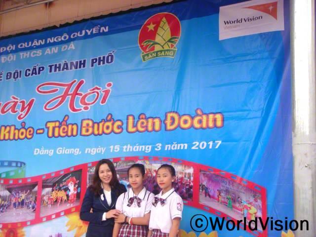 베트남 응오꾸엔 지역개발사업장 팀장인 두 부 티와 함께 있는 아동들입니다.년 사진