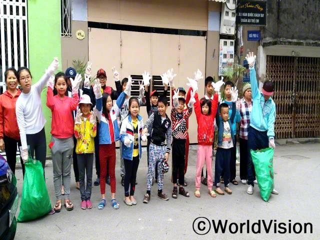 환경 보호 활동에 참여하면 스스로가 가치 있게 느껴져요. -항(10세, 노란색 재킷을 입고 있는 아동)년 사진