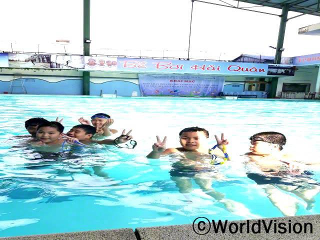 아동 120명을 대상으로 익사 사고 방지를 위한 수영교실을 열었습니다.