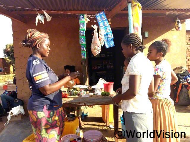 마을 사람들은 월드비전의 도움으로 작은 가게를 차려 생계를 유지할 수 있게 됐습니다.년 사진