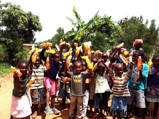 마을 아이들이 크리스마스 선물을 받아 기뻐하고 있습니다.년 사진