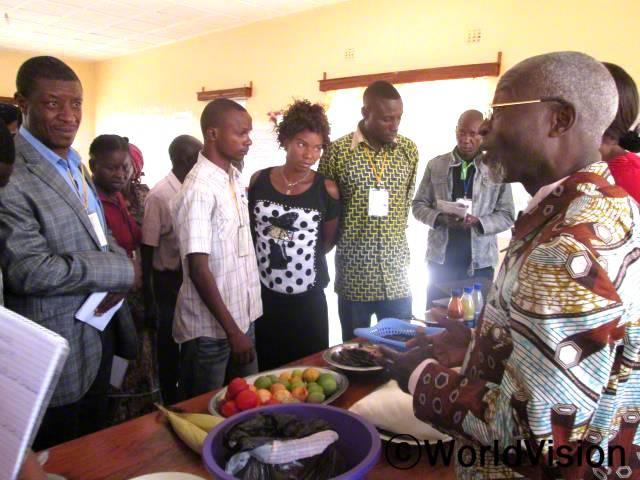 마을 사람들은 신선한 과일과 채소가 건강을 유지하는데 도움이 된다는 것을 배웠습니다.년 사진