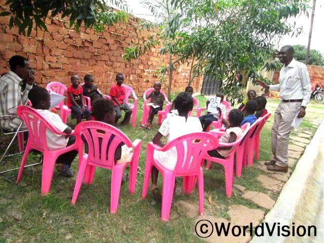마을 아이들은 아동모임에 참여해 함께 놀고 공부하며 유익한 시간을 보내고 있습니다.년 사진