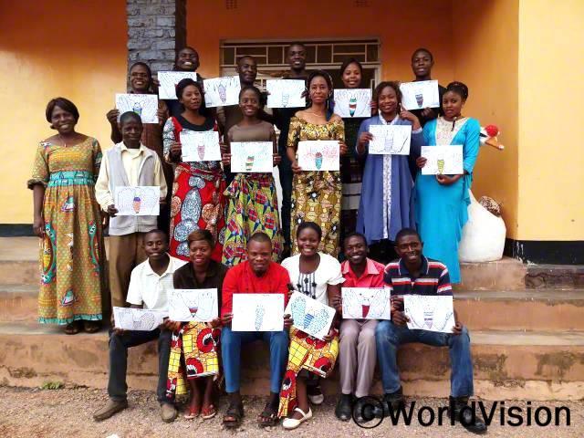지역사회 자원봉사자들이 훈련센터에서 교육을 받았습니다.년 사진