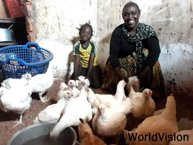 닭을 기를 수 있게 지원해 주신 후원자님께 감사해요. 닭 사육을 하는 어머니와 후원아동의 모습입니다.년 사진