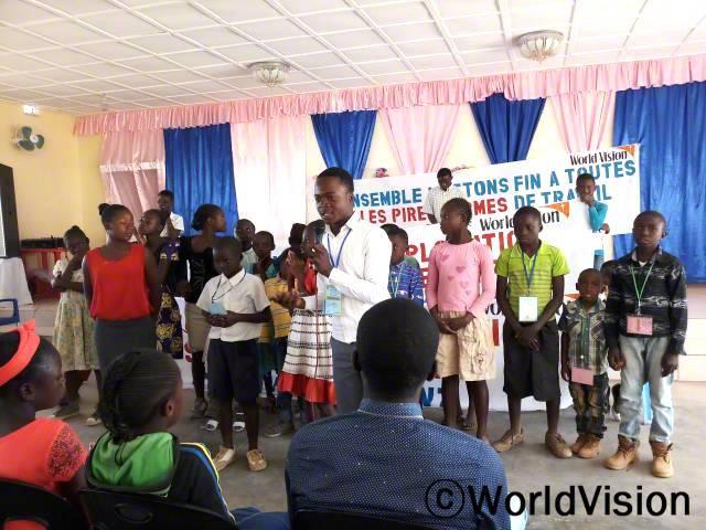 아동 위원회는 아프리카 어린이날을 맞이하여 아동학대의 문제에 대해 이야기하며 지역사회의 인식 변화를 위해 노력합니다.년 사진