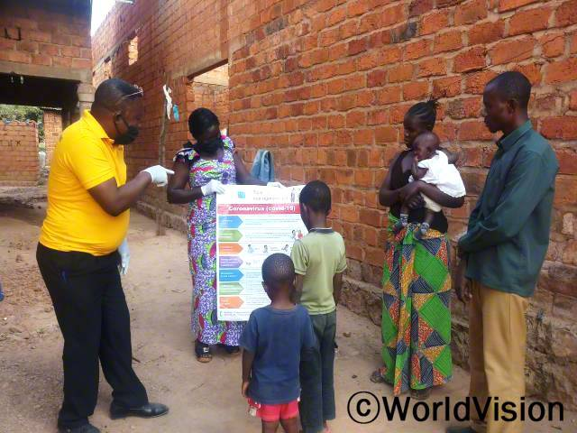 마을 보건소 직원들은 월드비전의 도움으로 각 가정에 코로나19 예방수칙을 전달하였습니다.년 사진