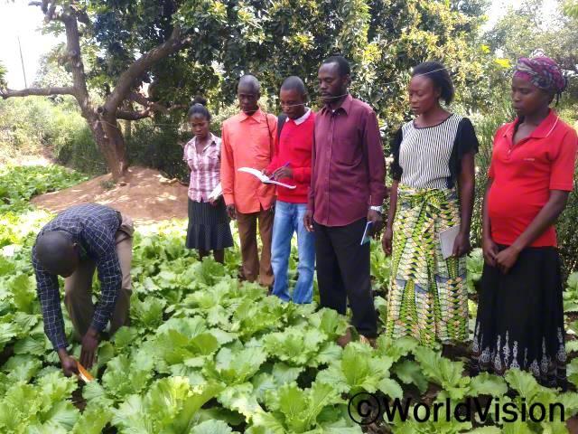 마을 주민들은 월드비전의 도움으로 텃밭 가꾸기 훈련을 받아 이제는 아이들의 끼니를 잘 챙길 수 있게 되었습니다.년 사진