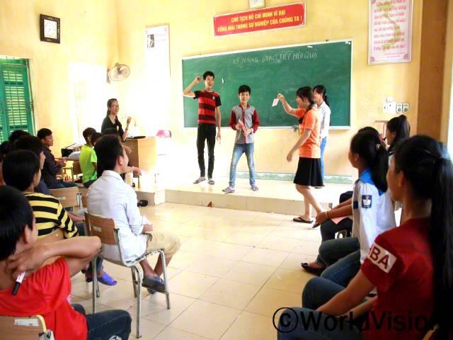 교육 프로젝트는 5개 마을에 350명의 중학생들을 위한 생활기술과 삶의 가치에 대한 훈련수업으로 이루어져 있습니다. 이 사진은 아이들이 의사소통 기술을 배우는 모습입니다. 아이들은 매우 흥미로워하고 많은 지식들을 얻습니다.년 사진