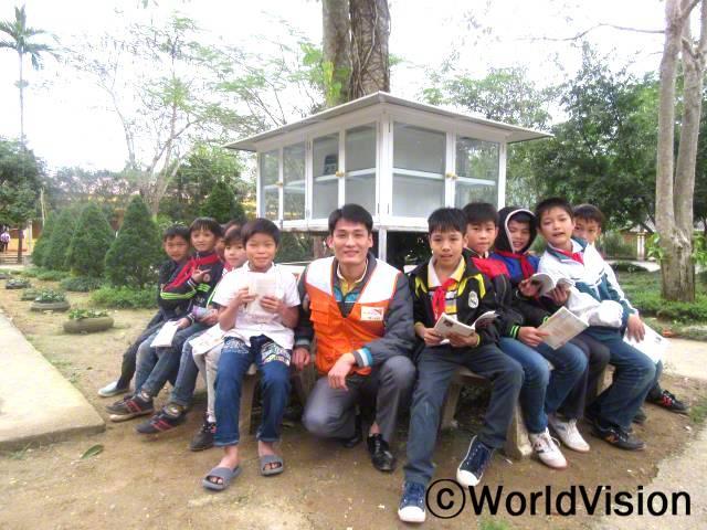 베트남 나항 지역개발사업장 팀장 호안 트란 반과 함께 있는 아동들입니다.년 사진