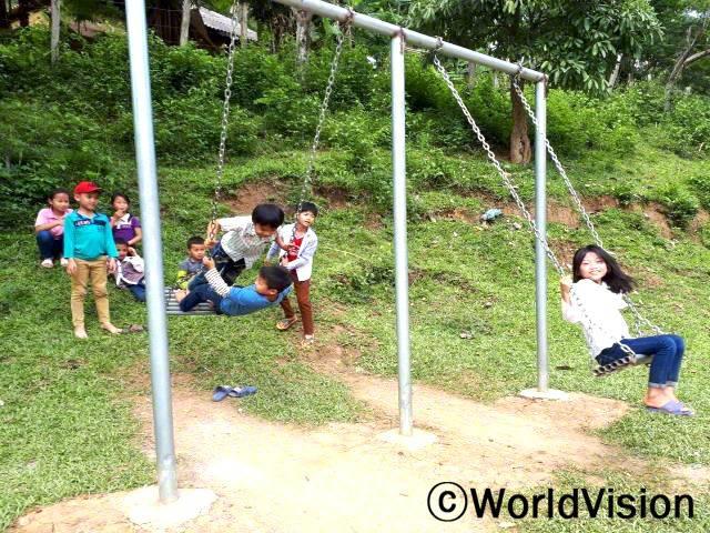 사진 속 아이들이 월드비전에서 후원한 놀이터에서 놀고 있습니다.