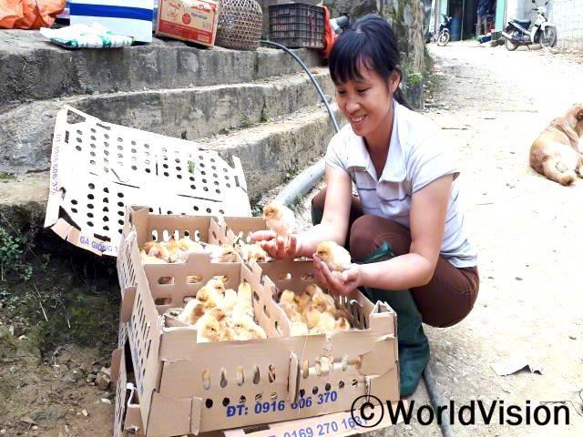 마을의 여러 가정들과 함께 월드비전에서 병아리를 지원받았어요. 그 덕분에 가정들 모두생산과 수입이 늘었고, 영양가 있는 식사도 할 수 있게 됐어요. - 뚜(31세)년 사진