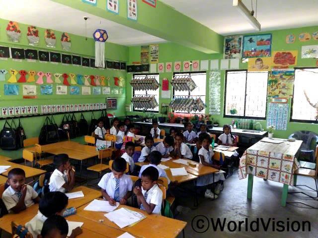 저희는 학교가는 것이 즐거워요. 예전과 다르게 정말 멋있어졌어요. 저희 반에는 수업때 쓰는 여러가지 도구들과 재미있는 것들이 많이 생겼거든요. - 티브야시니, 9세년 사진