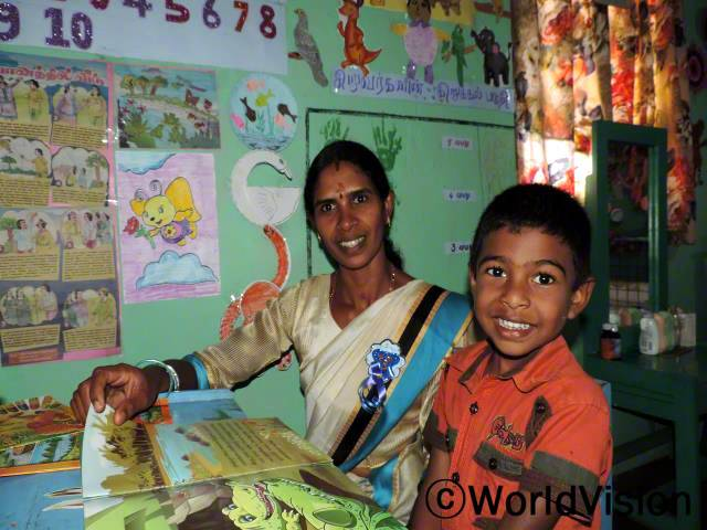 공부하는게 이제는 너무 재밌어요. 제 공부방도 있어서 벽에 그림도 붙일 수 있어요. 학교 입학하는 게 기다려져요. -카비쉬(4세). 카비쉬의 엄마를 포함한 지역사회 주민 552명이 월드비전이 주최한 위생인식개선프로그램에 참가했습니다.년 사진