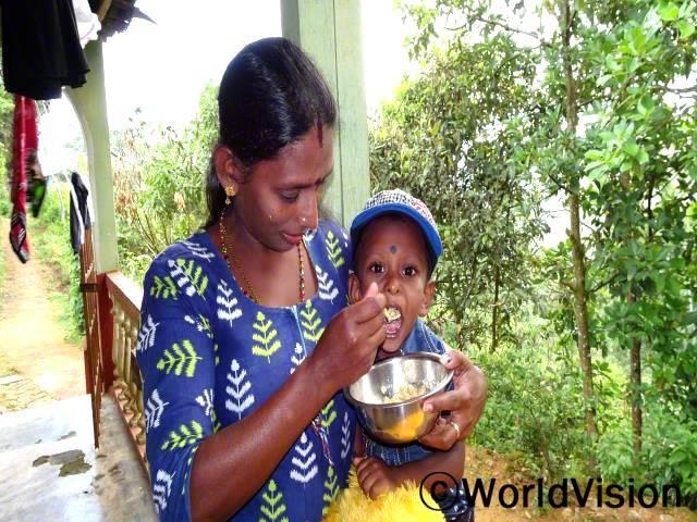 말라씨는 이제 아들 아비샨(3세)에게 영양가 있는 음식을 만들어 줄 수 있어요.년 사진