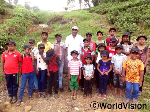 스리랑카 와타왈라 지역개발 사업장 팀장 니말 페르난도 씨와 지역사회 아동들입니다.년 사진