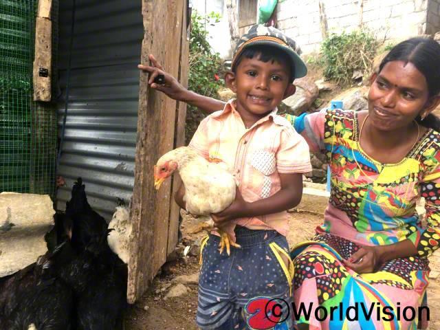 """""""월드비전에서 지원받은 닭은 아들에게는 즐거움을 주었고, 남편과 저에게는 희망이었어요. 소득증대사업에 참여한 후로 희망이 생겼고,월드비전에서 닭 사육 교육을 받고나서 이제 가축사업을 시작할 준비가 됐답니다."""