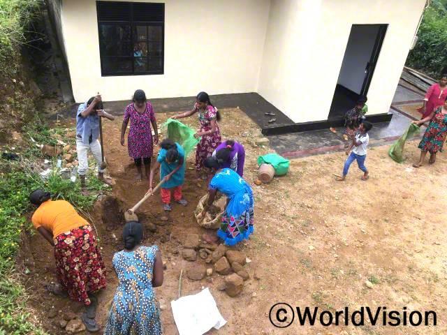 """""""우리 어머니지원단은 주변을 청소하고, 정원 가꾸기를 하며 마을을 돌보고 있어요.환경을 돌보면서, 이렇게 아동복지에 기여할 수 있어서 정말 기뻐요."""" - 닐말라(32세)년 사진"""