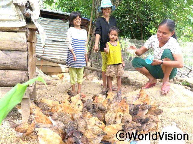 톰은 닭에게 먹이를 주며 행복하게 말했습니다.