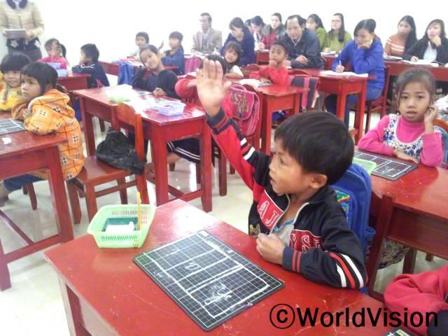 소수민족 아이들의 베트남어 향상을 위해, DOET과 함께 월드비전은 초등학교 선생님들을 대상으로 교육을 진행했습니다. 새로운 교육 방식은 학생들이 더욱 자신감있고 용감하고 발전할 수 있도록 도왔습니다.년 사진