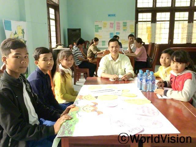 베트남 다크롱 지역개발사업장 팀장인 칸 르와 함께 있는 아동들입니다.년 사진