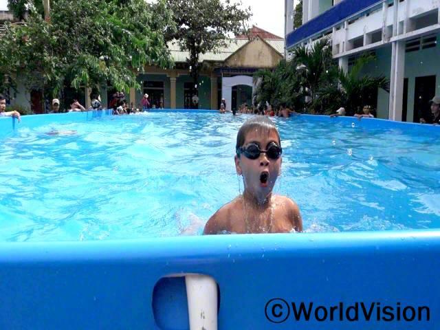 저와 제 친구들은 수영할 수 있게 되어 너무 행복해요. 수영을 배우면 우리가 물에 빠지는 것을 예방할 수 있어요. 특히, 홍수 기간에 말이에요. -남, 13세(물안경 쓰고 있는 아이)년 사진