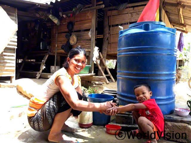 한 해 동안 후원아동이 살고 있는 대부분의 가정에 간이 세면시설을 설치하고, 비누로 손을 씻도록 위생 수칙을 전달하였습니다. 아이들과 가족들은 올바른 손 씻기 방법을 알고 매일 손을 씻어 코로나19에 대처합니다.년 사진