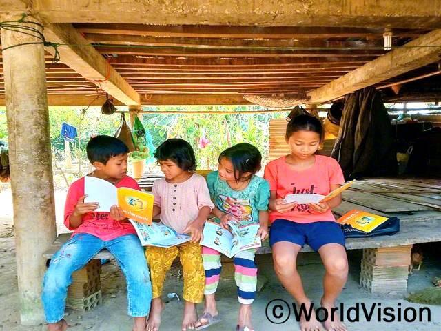코로나19 상황에서 아이들이 건강하게 자랄 수 있도록, 아이들과 가족들에게 코로나19 감염 예방 책자와 포스터를 전달하였습니다.년 사진