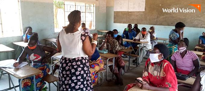 교실에서 마을 어른들을 상대로 인식개선교육을 하고 있는 선생님