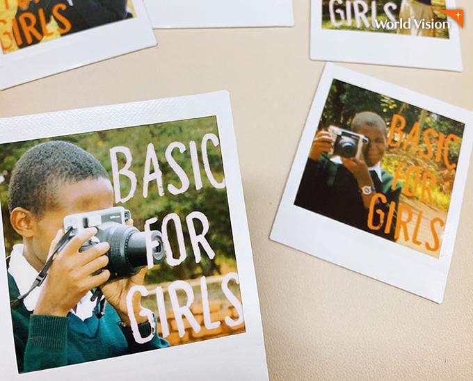 Basic for Girls 문구와 여자 아이들의 모습이 담긴 폴라로이드 사진 여러장