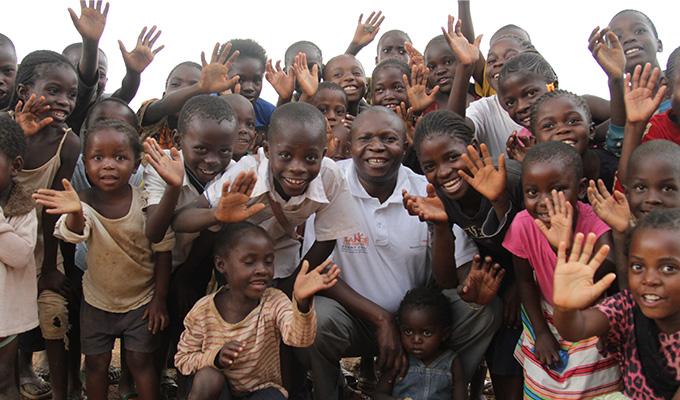 전 세계 곳곳에서 위험과 고난을 무릅쓰고 사람들의 생명을 구하는 인도주의 활동가들의 노력은 이 아이들을 위한 더 나은 세상을 위한 것이다.