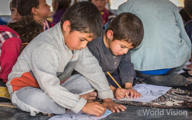 이라크 난민촌 아동 심리교육보호센터에서 그림을 그리는 시리아 난민아동들 (사진출처: 월드비전)