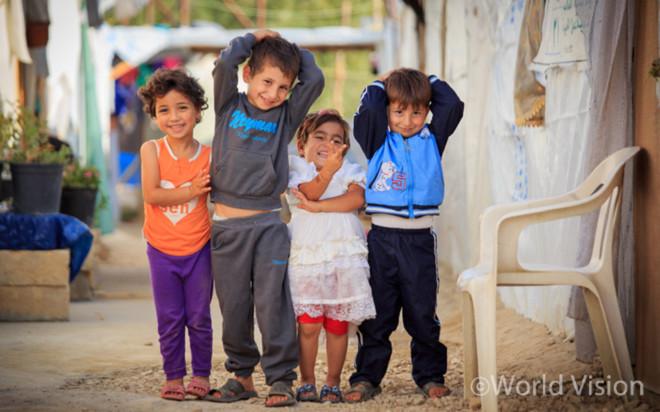 레바논 난민촌의 웃고 있는 시리아 난민 아동들(사진출처: 월드비전)