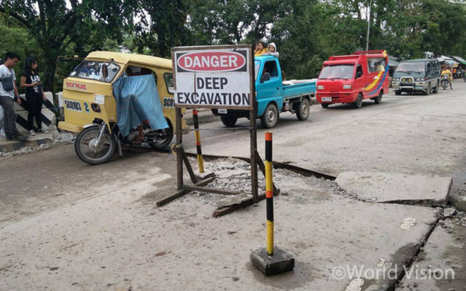 지진으로 파괴된 도로의 모습(출처: 월드비전)