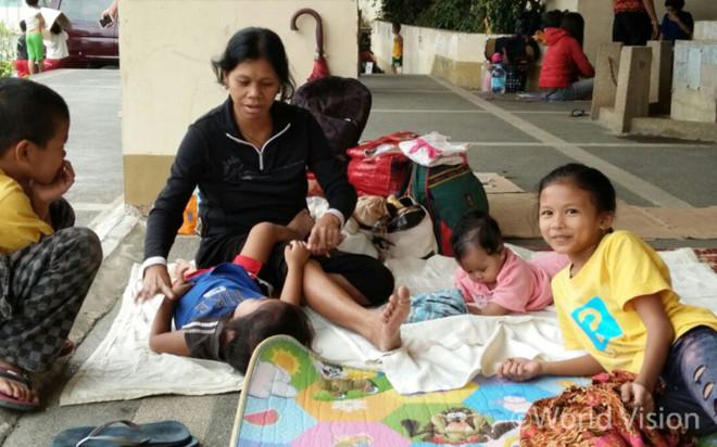 여진에 대한 공포와 무너진 주택의 안전을 우려해 집에 가지 못하는 주민들(출처: 월드비전)