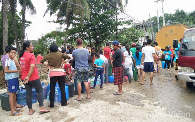 수도 공급이 끊김에 따라 정부가 배급하는 식수를 구하기 위해 기다리는 사람들(출처: 월드비전)
