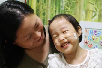 예전에는 애가 아파도 돈이 없어서 곧바로 병원에 가지 못했습니다. 병원에 가도 보험이 안 되는 치료는 주저했죠. 후원 이후 오로지 예원이 치료에만 집중할 수 있게 되었습니다.