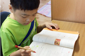 수학을 좋아하는 민수의 꿈은 훌륭한 의사선생님이 되어 아픈 친구들을 치료해주는 것입니다.