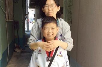 의젓하게 태권도복을 챙겨 입은 민수. 민수는 태권도장에 가서 친구들과 뛰놀며 체력을 키울 수 있게 되었습니다.
