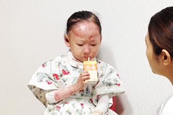 식도에 수포가 생겨 음식물을 쉽게 삼키지 못하는 정아가 식사대용으로 나온 의료식품 두유를 마시고 있습니다.